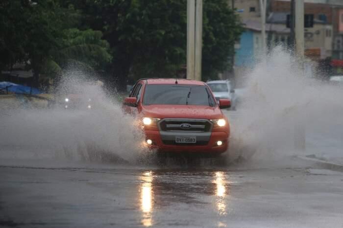 Tráfego na João Paulo II ficou difícil durante a chuva da manhã