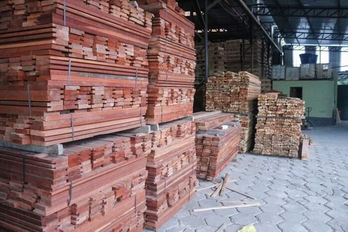 Além dos cabos de madeira do tipo vitrola, durante a apreensão foi encontrada uma pequena quantidade de madeira sem comprovação de origem que já havia sido transformada em portas, jogos de portais e janelas.
