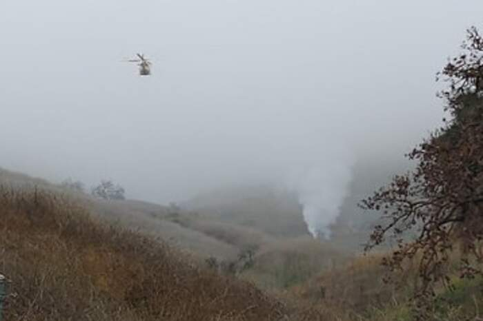 A fumaça indica o local onde o helicóptero de Kobe Bryant caiu