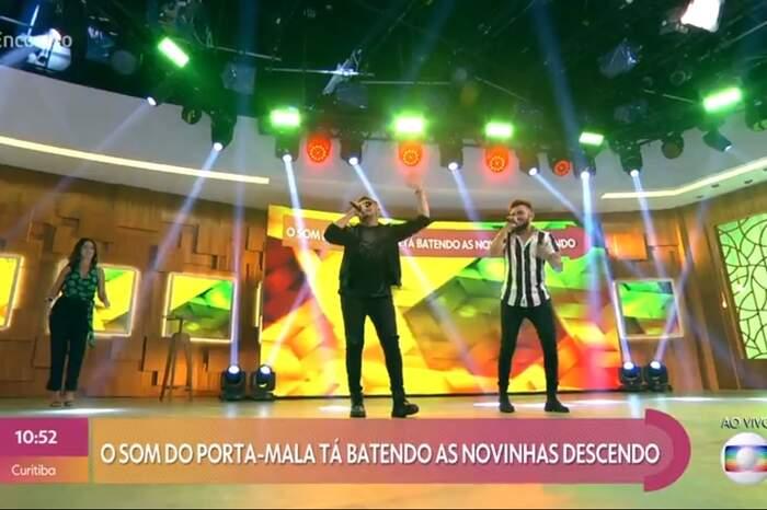 """Os Parazim apresentaram a nova música """"Porta-Malas"""" no Encontro com Fátima Bernardes."""