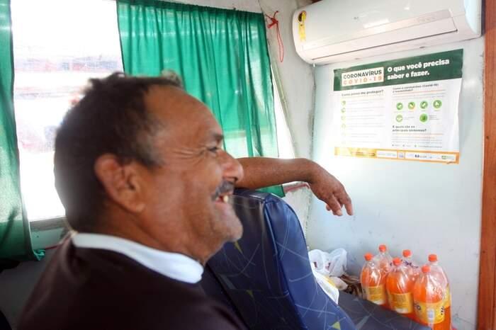 O pescador Manoel Souza mora em Cachoeira do Arari e diz que a população do Marajó está se cuidando contra o novo coronavírus. As embarcações estão sendo higienizadas, garante. Mas faltam álcool 70 e máscaras.