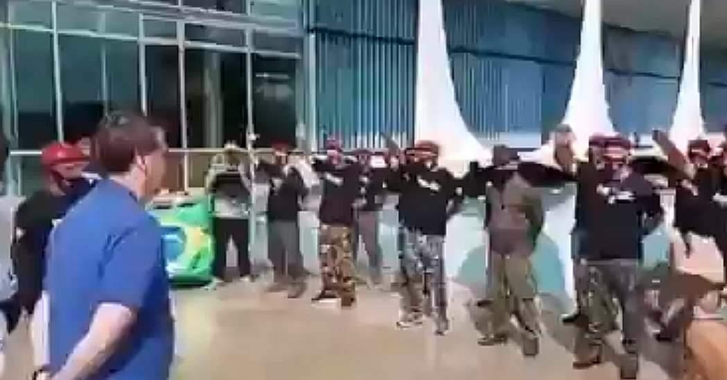 Paraquedistas fardados fazem saudação nazista ao presidente Bolsonaro