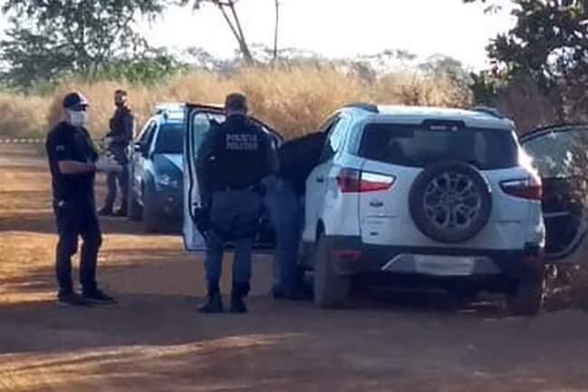 De acordo com a Polícia Militar, os dois homens foram atingidos quando ainda estavam dentro do veículo. Após os tiros, conseguiram sair e caíram ao lado do carro