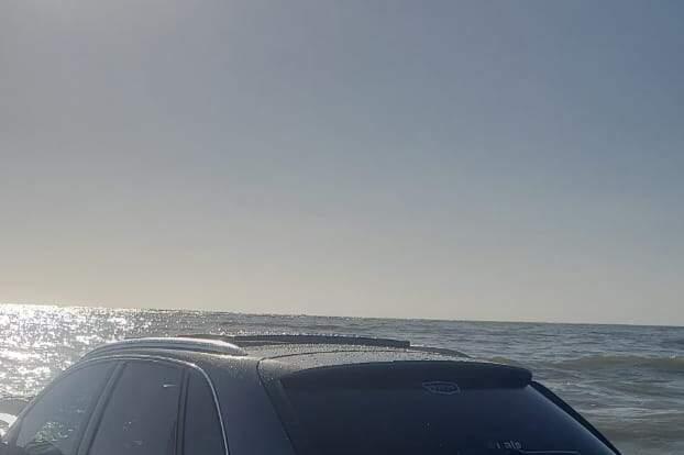 Um dos carros atingidos pela maré um modelo Audi Q3, que tem preço a partir de R$ 200 mil.