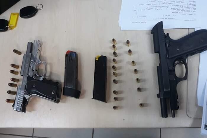 Duas pistolas foram apreendidas: uma .40 e outra 9 mm