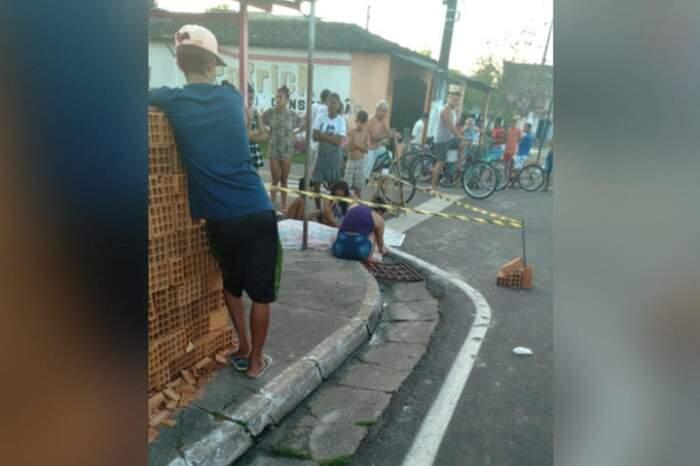 Familiares da vítima fatal ficaram bastante abalados no local do acidente