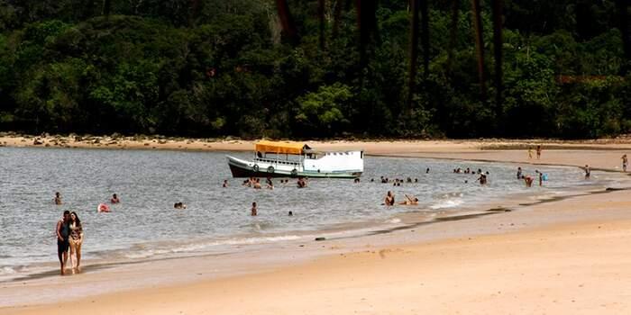 A praia fica localizada na ilha de Cotijuba