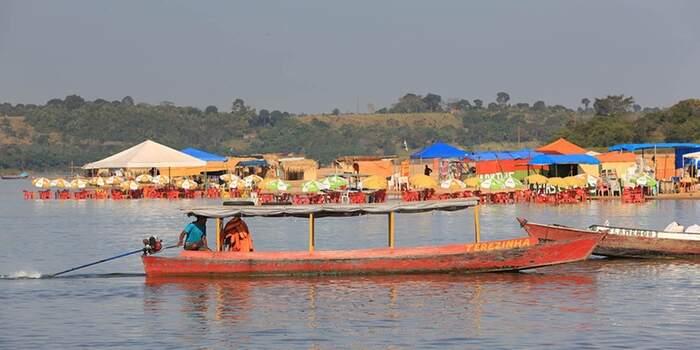 Uma das principais atrações da praia do Tucunaré são os bares molhados