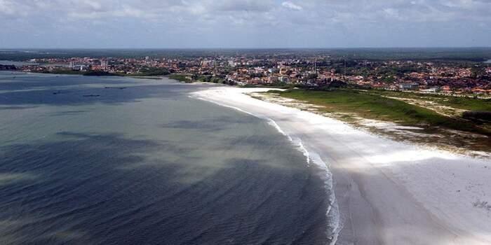 Maçarico é uma praia oceânica, com ondas fortes e amplas faixas de areia