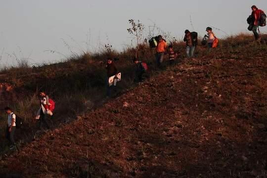Com fronteira fechada, venezuelanos usam rotas clandestinas para chegar a Roraima