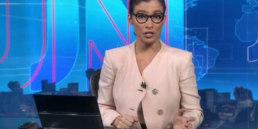 21cf60e9f88 Blusa e botões de Renata Vasconcellos em transmissão ao vivo da ...
